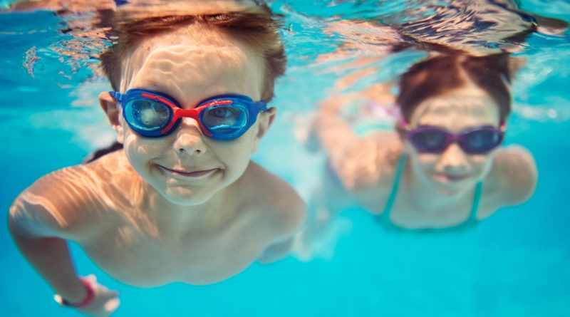 anak berlatih berenang