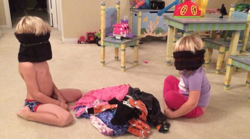 anak belajar memakai baju