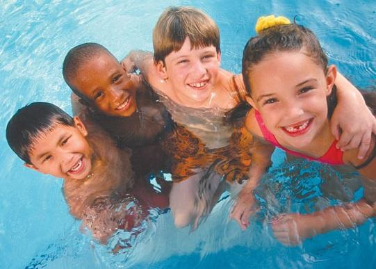 Anak dan kolam renang